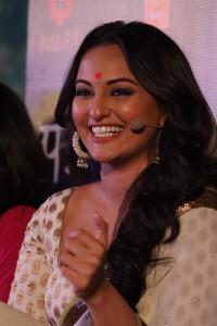 rma4heb6w8neqbwn.D.0.Sonakshi-Sinha-at-film-LOOTERA-first-look-launch-at-Liberty-Cinema-in-Mumbai--6-