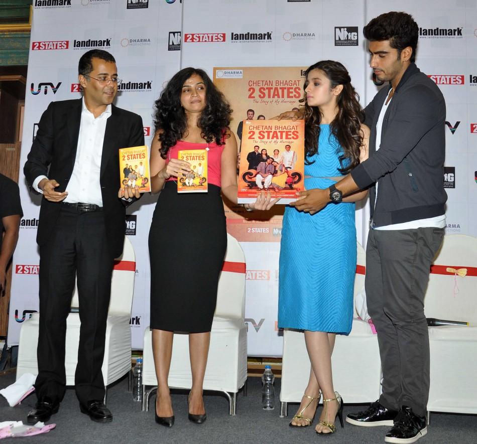 443834-arjun-kapoor-and-alia-bhatt-at-2states-book-launch