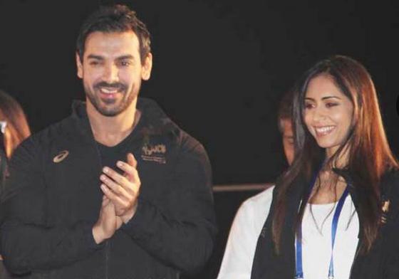 मुंबई मैराथन 2015 में प्रिया के साथ जॉन।